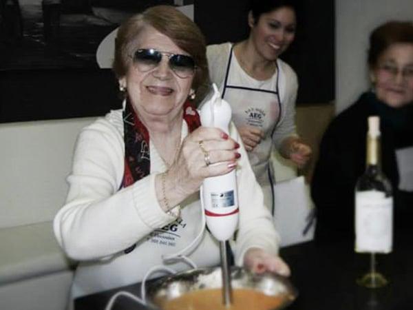 Persona mayor cocinando en taller de Cocinoterapia en Kitchen in Poio