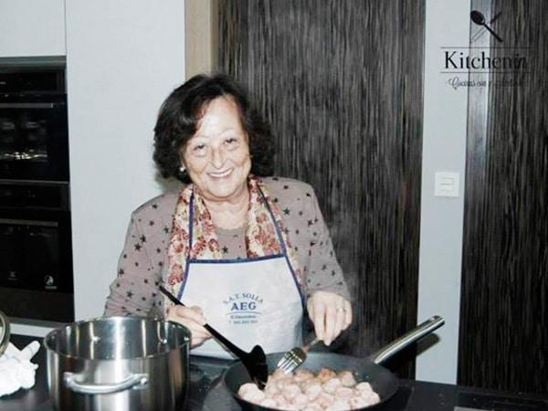 Persona mayor en taller de cocina Cocinoterapia en Kitchen in Poio.