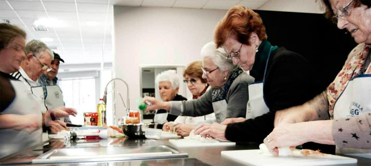 Personas mayores cocinando en taller de Cocinoterapia en Kitchen in Poio