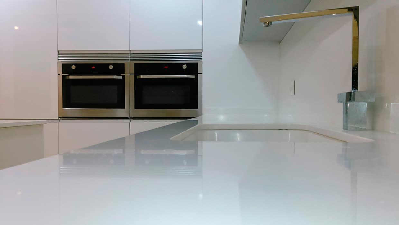 Vista de detalle de encimera de cocina en color blanco
