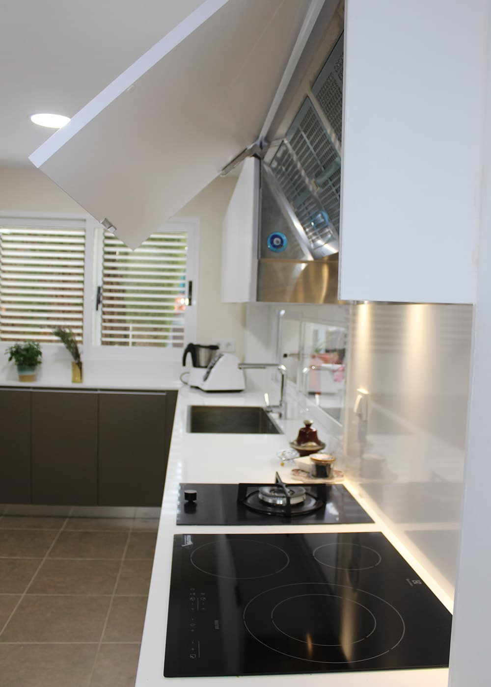 Detalle de mueble alto de cocina con campana integrada