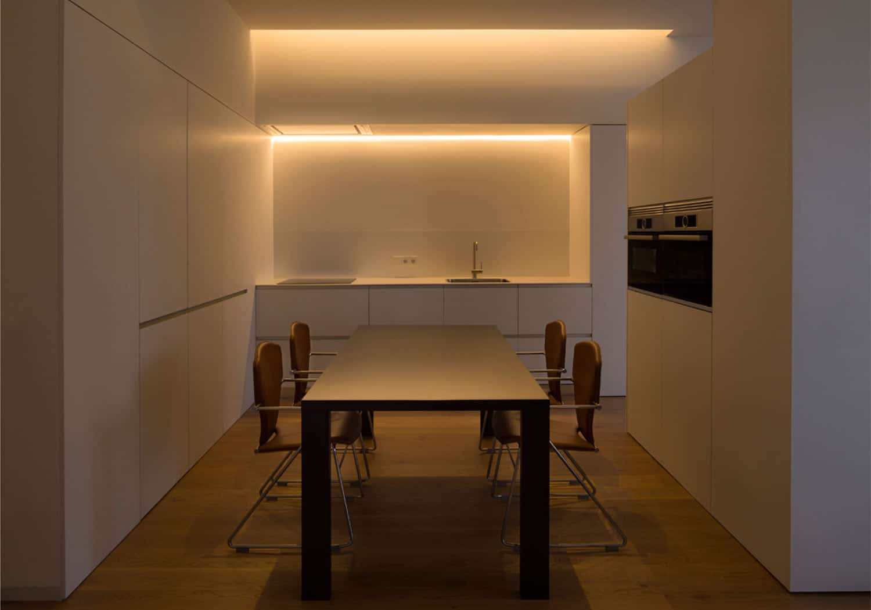 cocina moderna blanca tirador uñero iluminacion mueble alto