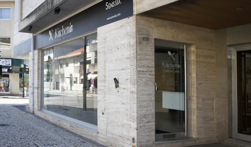 Vista de detalle de la fachada de la tienda de muebles de cocina baño y armarios Kitchen in en Espinho Portugal