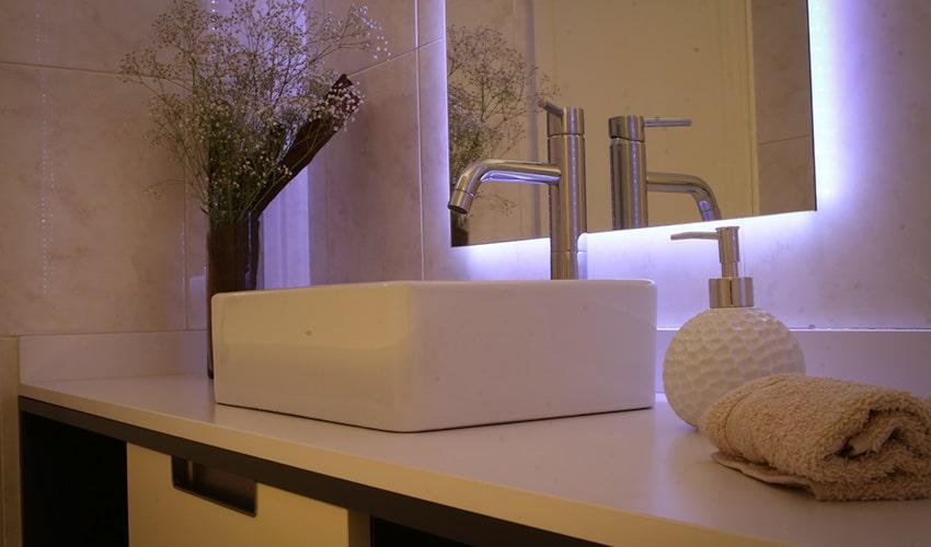 Lavabo de cerámica y grifo para mueble de baño