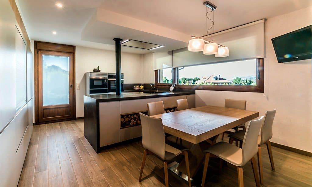 Cocina en forma de U y frente de muebles columna en Vigo