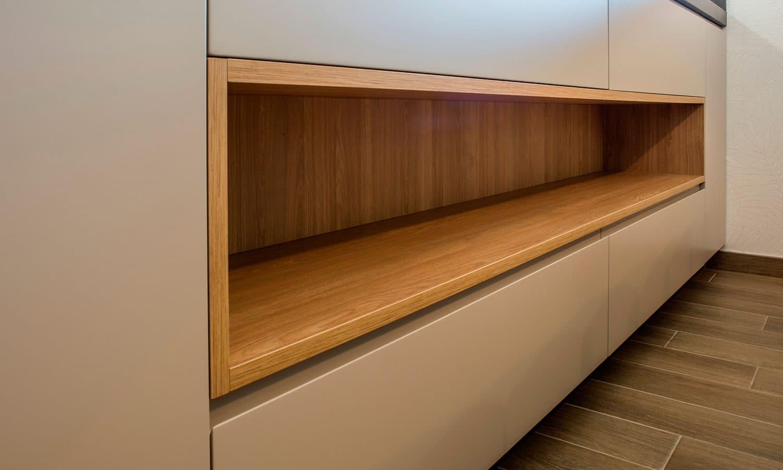 Mueble abierto de cocina en color madera natural