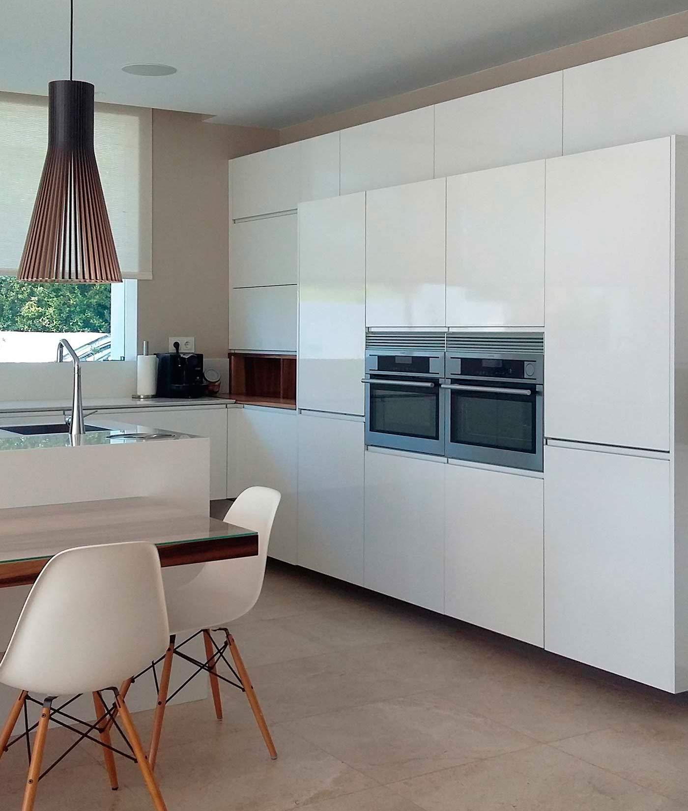 Frente de muebles columnas en blanco con frigorífico integrados y dos hornos