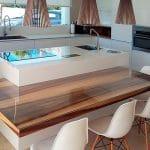 Diseño de cocina con isla y mesa de madera