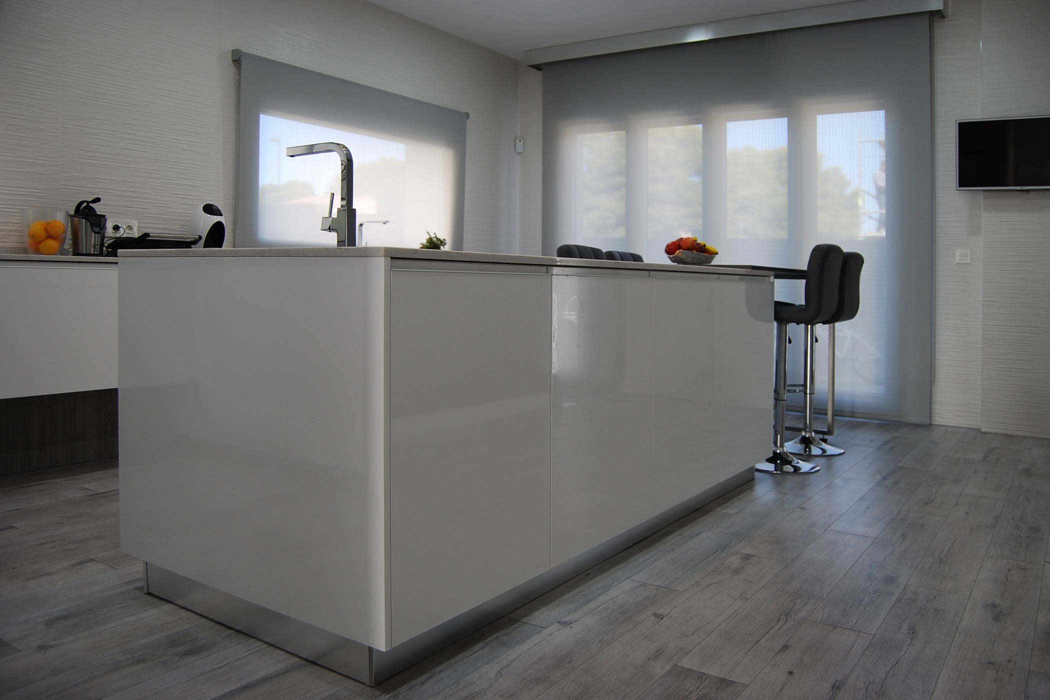 Isla de cocina en blanco brillo con puerta tirador aluminio incorporado