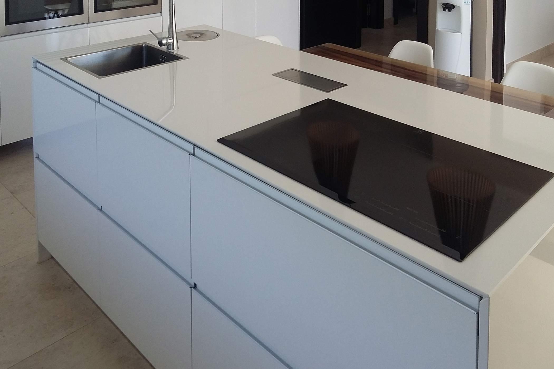 Isla de cocina en con puertas, encimera y laterales en color blanco y modelo con tirador de aluminio incorporado
