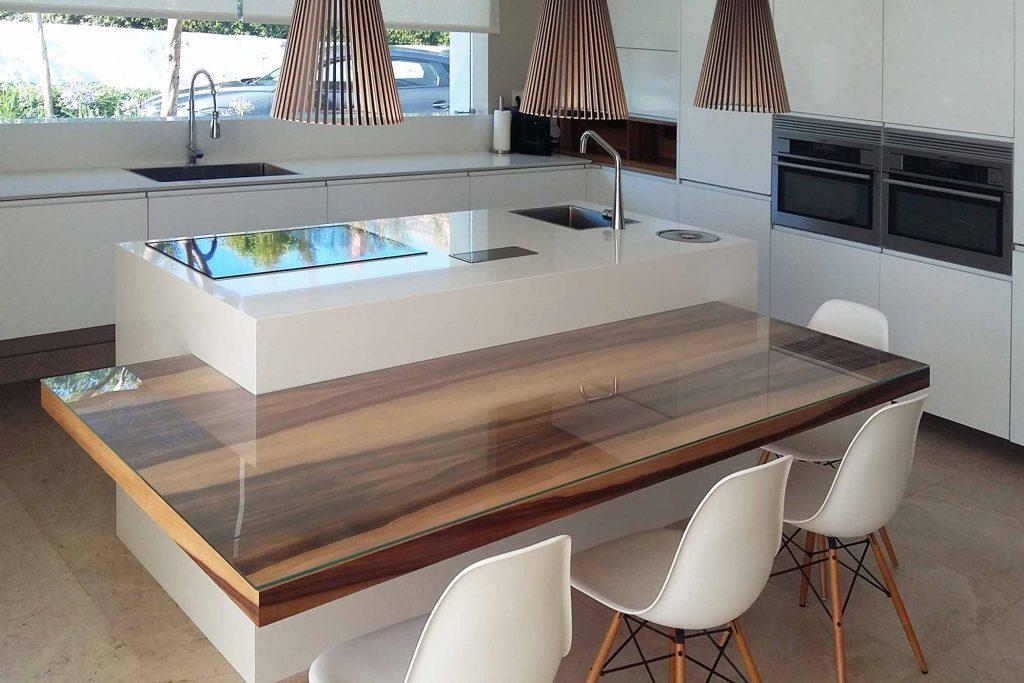 Cocina en blanco forma de ele e isla y mesado en madera