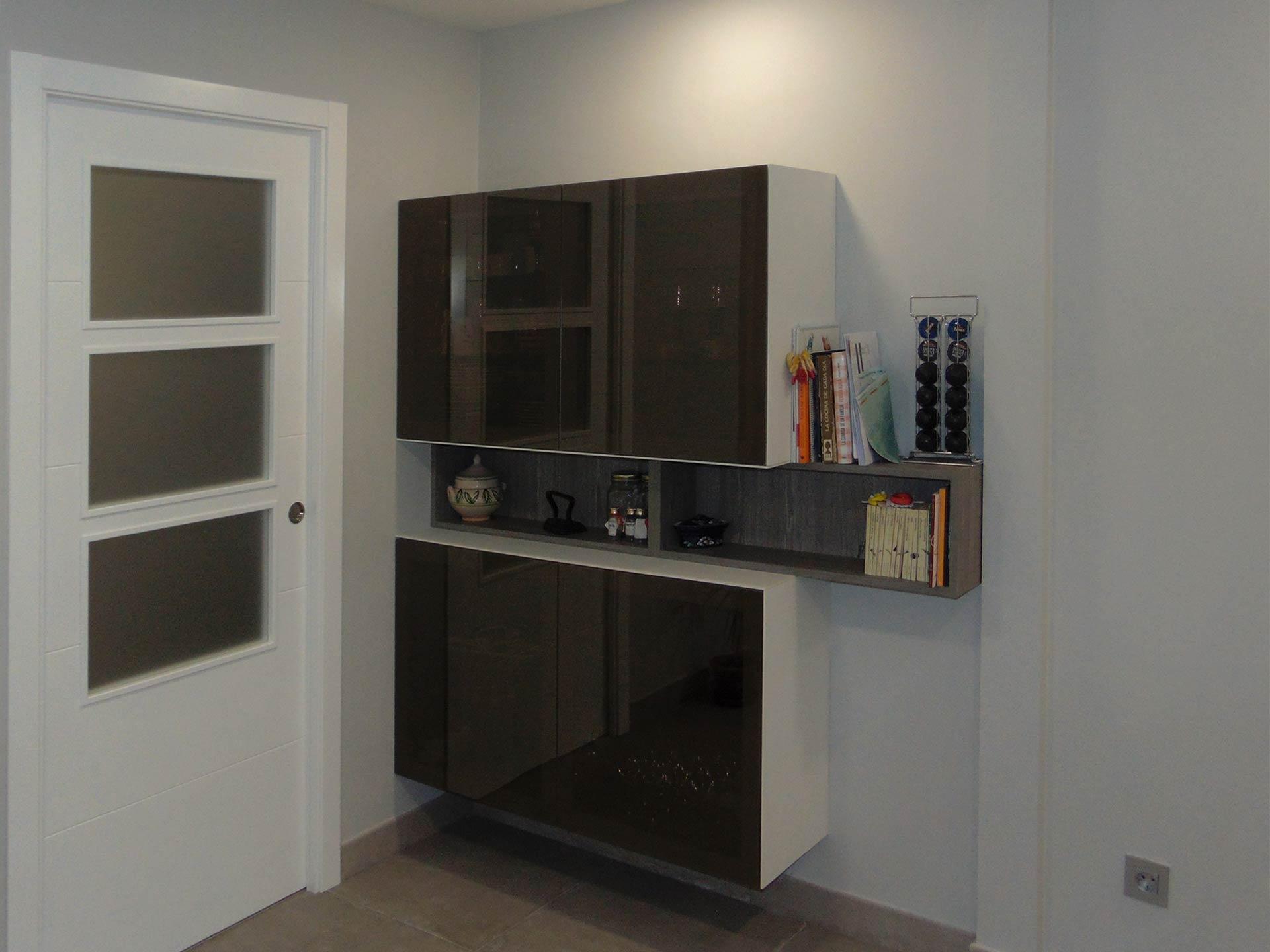 Vista de composición de muebles bajo colgante, alto abierto y alto con puerta en cristal