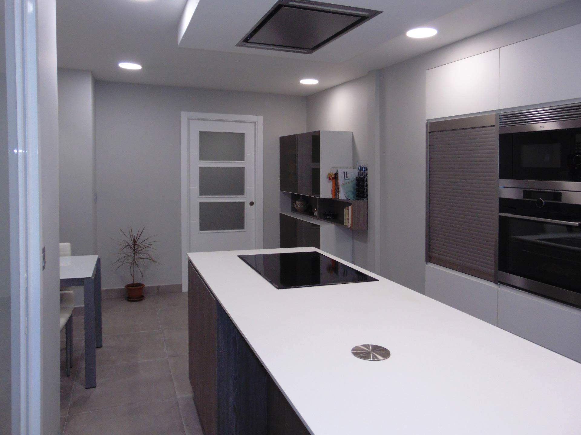 Detalle de la isla de la cocina, en color blanco.