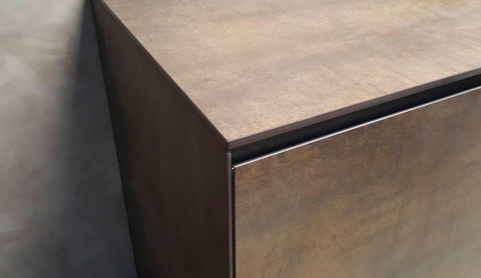 Tirador integrado en la puerta. Modelo Alborán de Senssia en acabado cerámica Iron Moss.