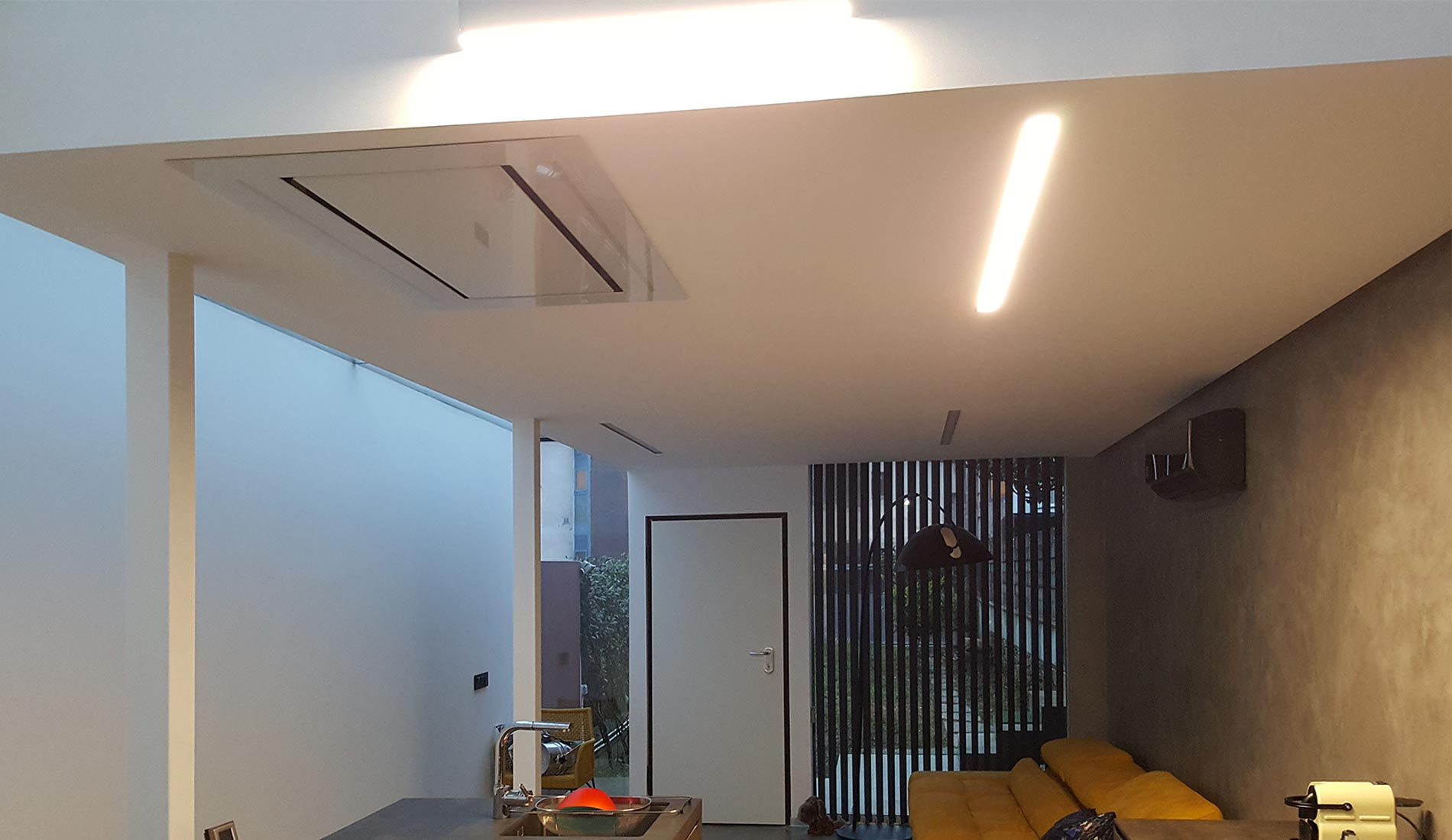 Cocina con campana extractora integrada en el techo.