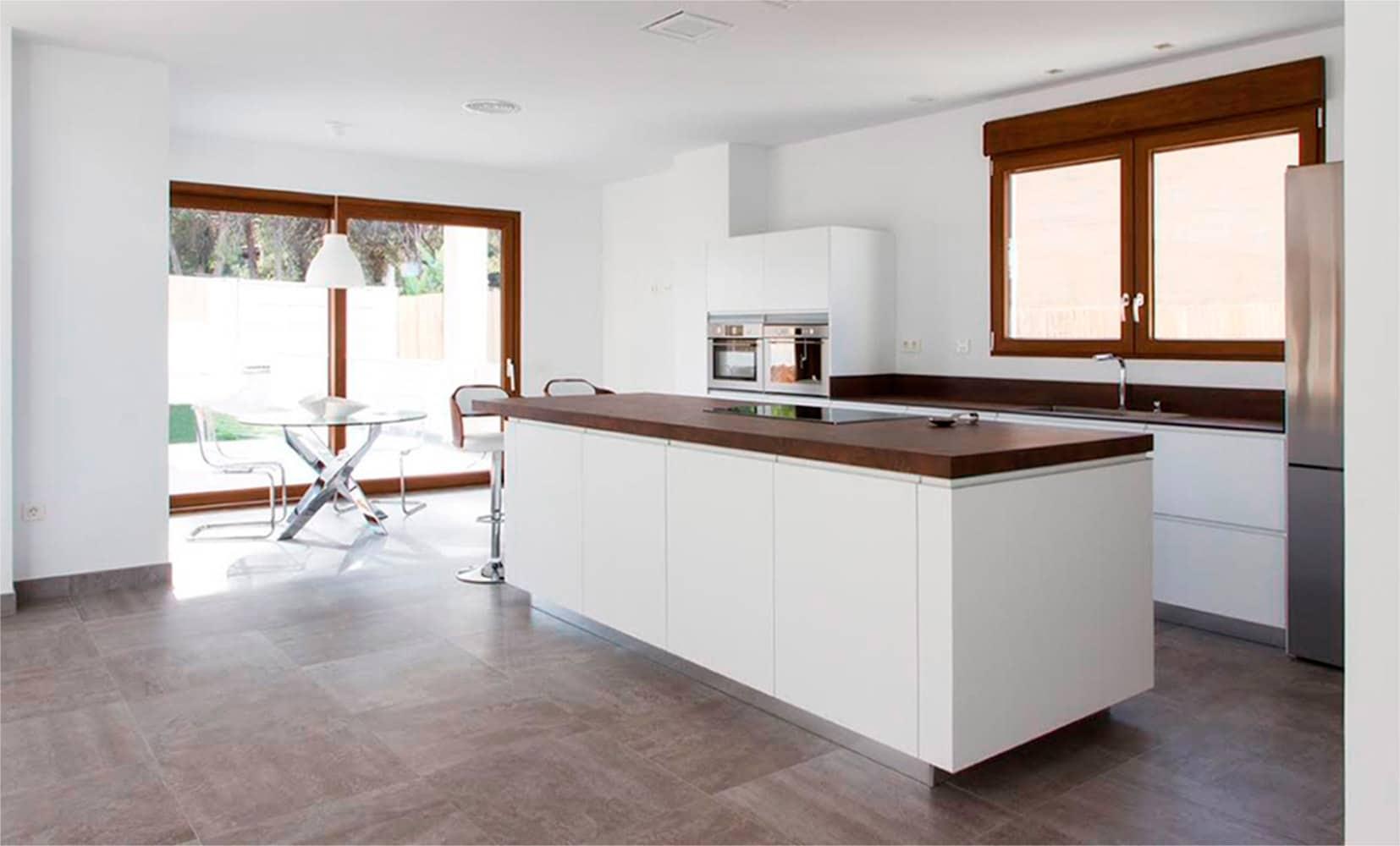Cocina en color blanco con encimera Neolith color Iron Corten. El color blanco es la opción más elegida para la cocina.