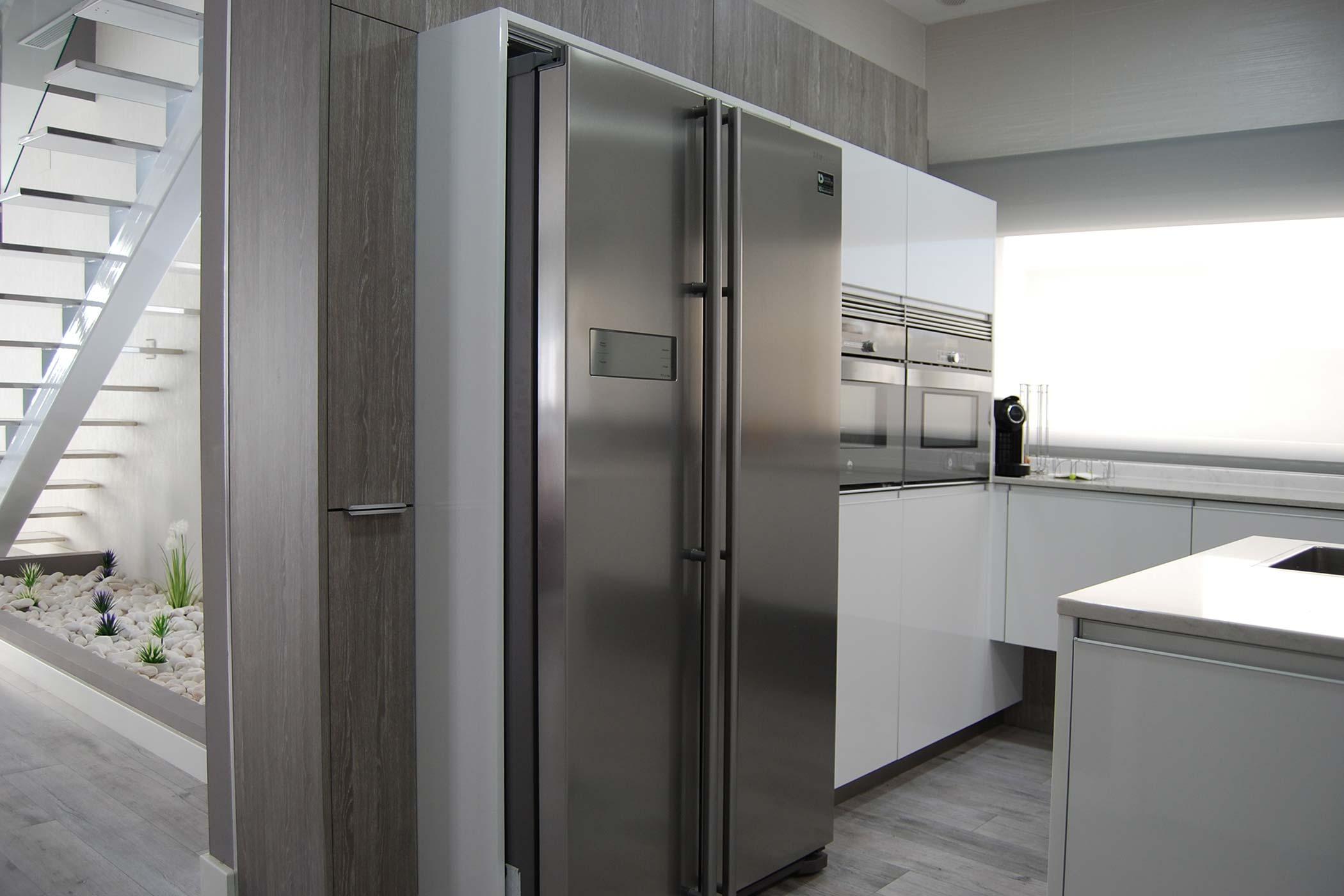 Cocina en color blanco con electrodomésticos en inox. El color blanco es la opción más elegida para la cocina.