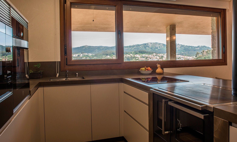 Cocina con tirador integrado en la puerta, una de las tendencias en diseño de cocinas este año 2018. Modelo Java de nuestro proveedor Senssia.