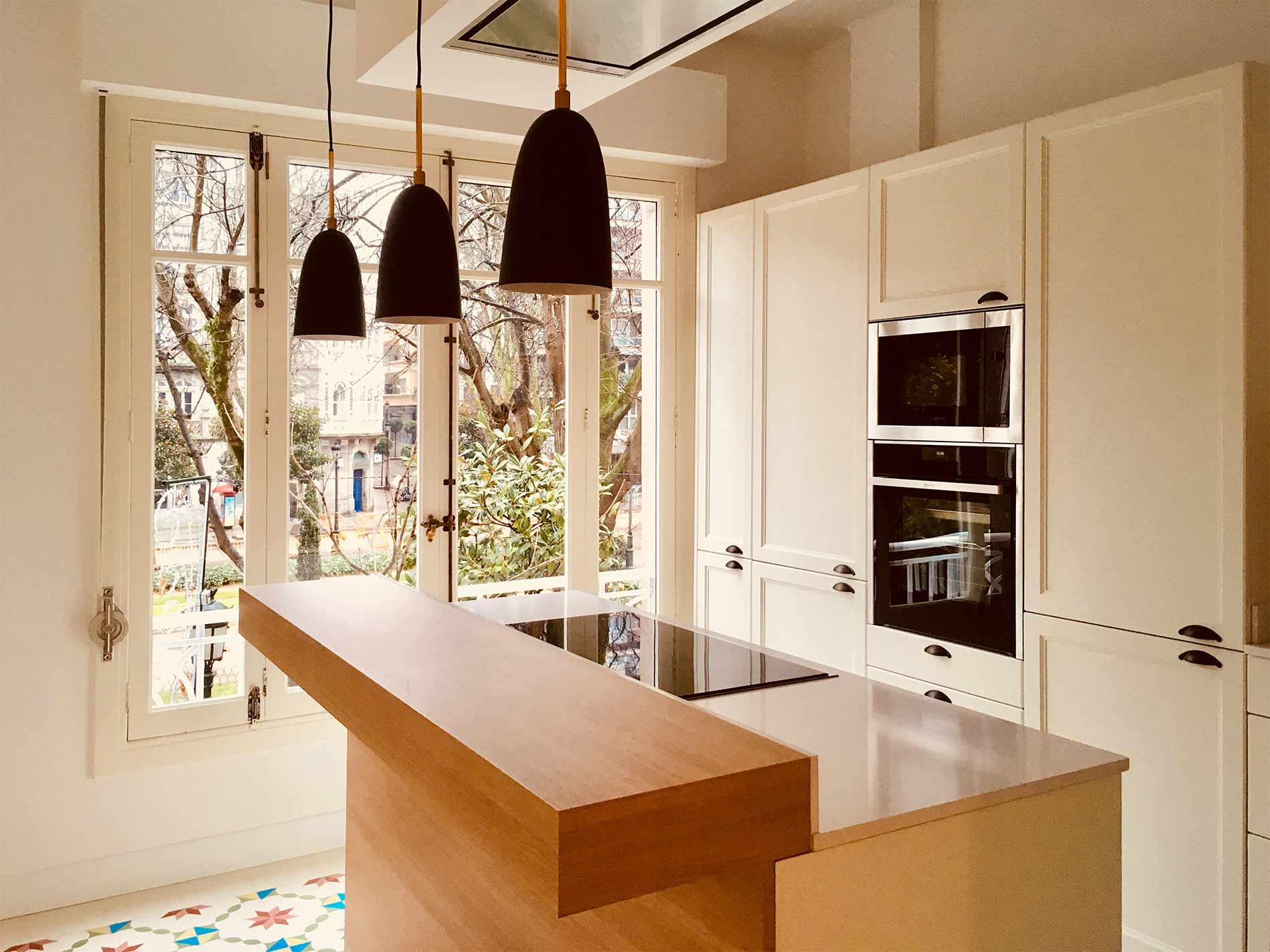 El diseño de la cocina mantuvo el estilo de la construcción, una espacio clásico, con techos elevados y grandes ventanales.