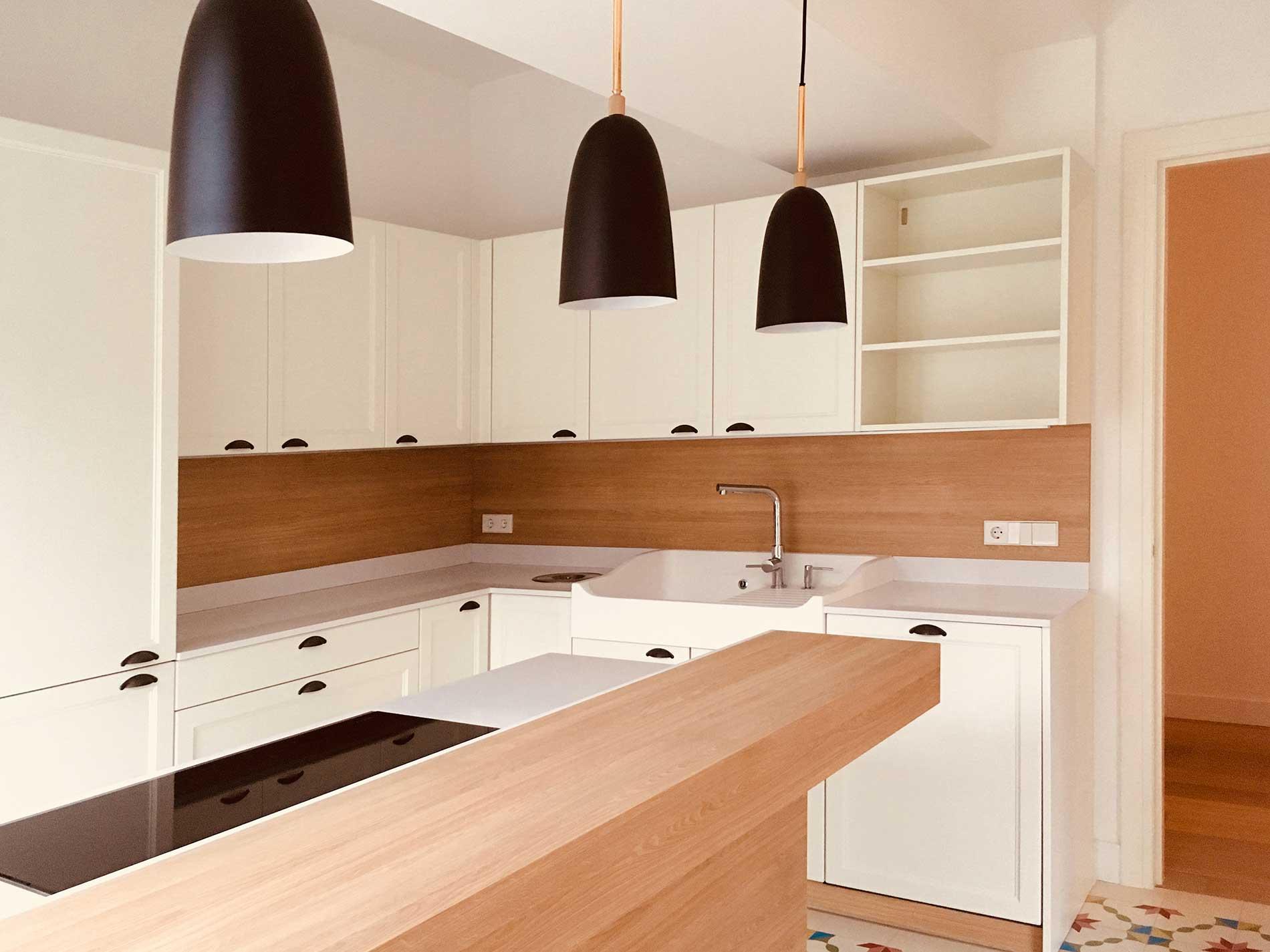 Grandes muebles despensa y un fregadero estilo rústico son algunos de los detalles de esta cocina.