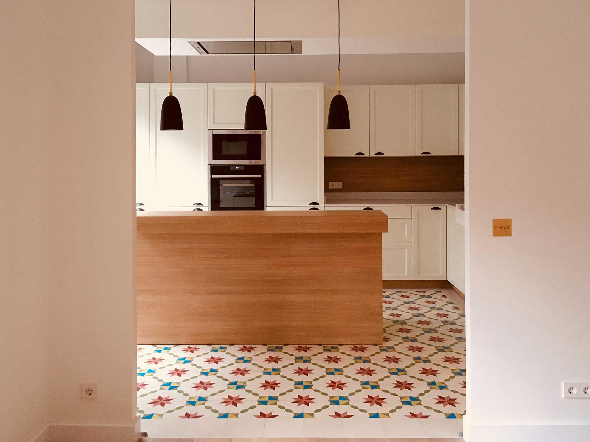 Vista general de cocina rústica en color laca mate personalizado según carta NCS.
