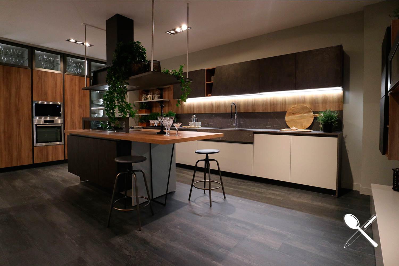 En EuroCucina 2018 pudimos ver muchas cocinas en madera combinadas con blanco.