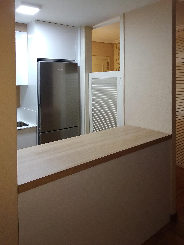 Barra de cocina moderna pequeá estilo americano en madera color Roble Natura.
