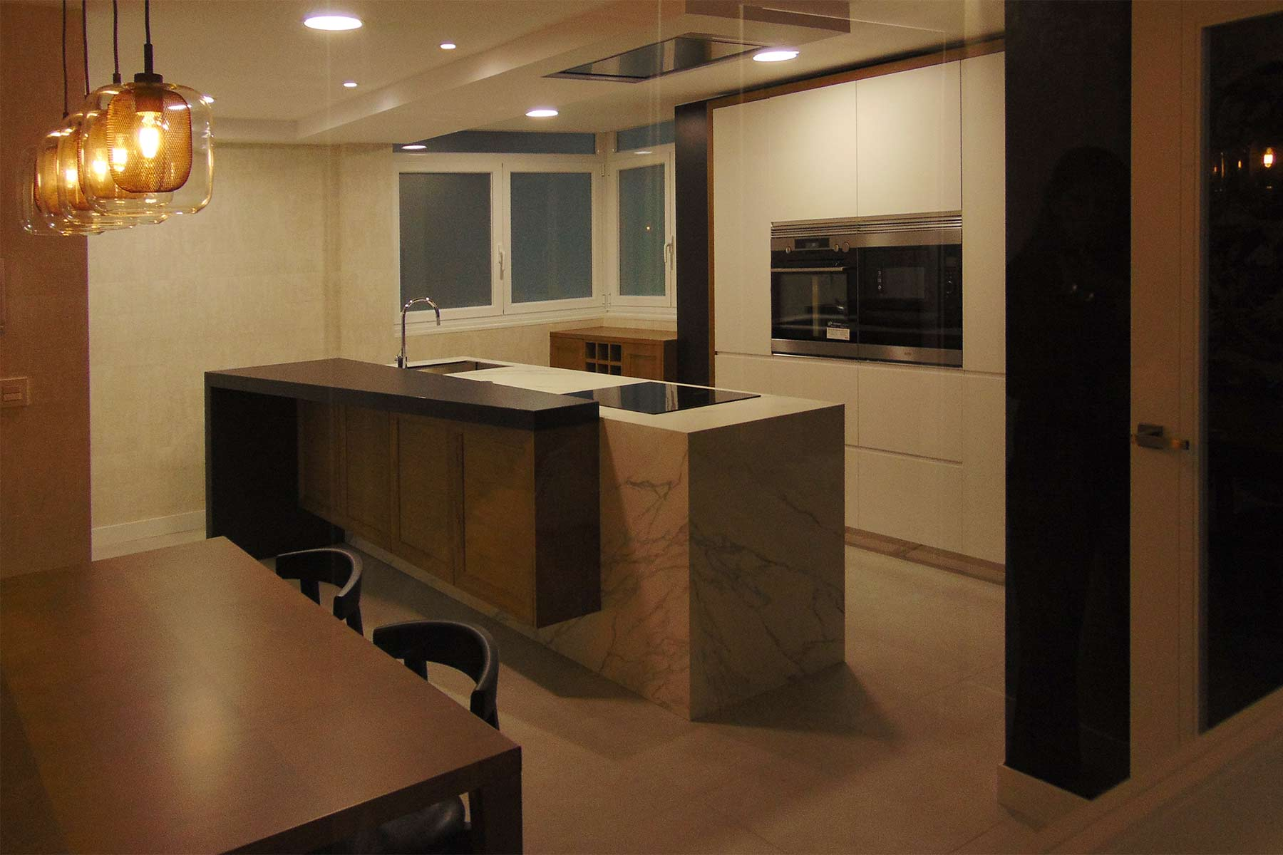 vista general de cocina abierta en isla