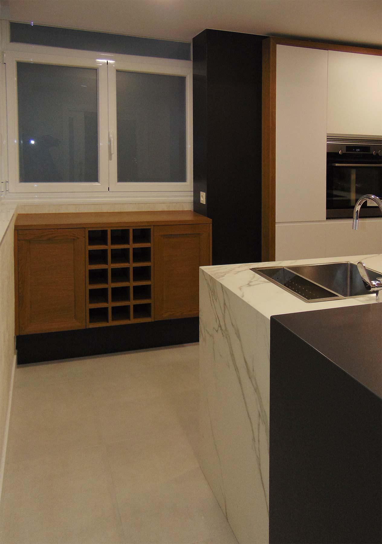 Vista de mueble con vinoteca, en madera de roble nuez