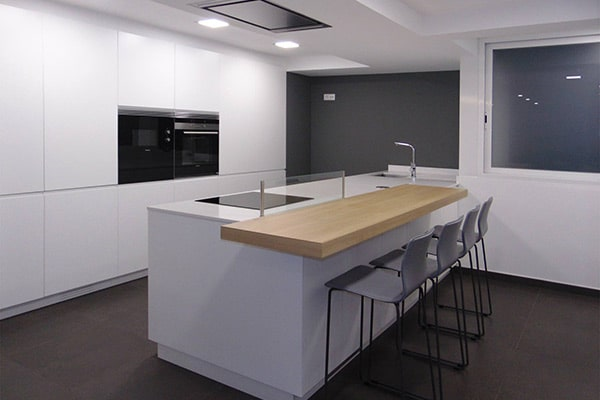 Cocina moderna con península blanca