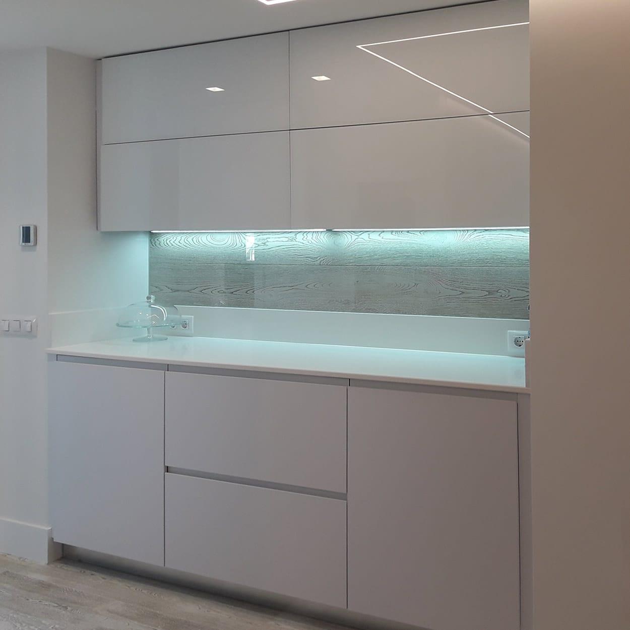 Muebles de cocina en blanco brillo con iluminación inferior