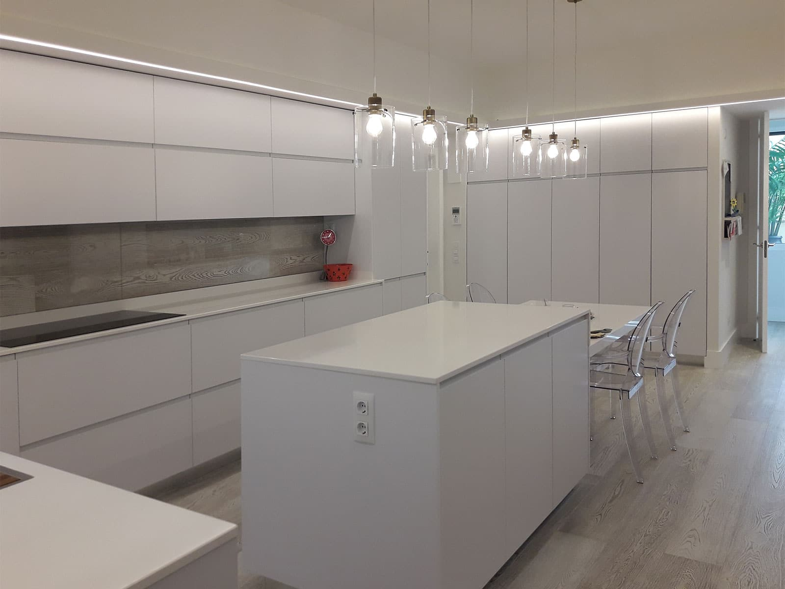Cocina en color blanco brillo con isla central