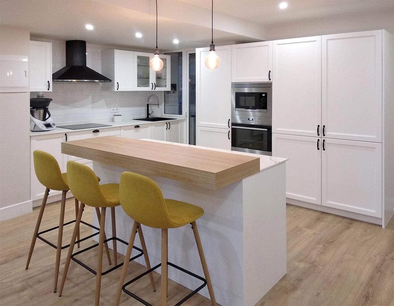 cocina en laca blanco mate con isla, frente de muebles columna con electrodomésticos y frente de muebles bajos con fregadero y placa