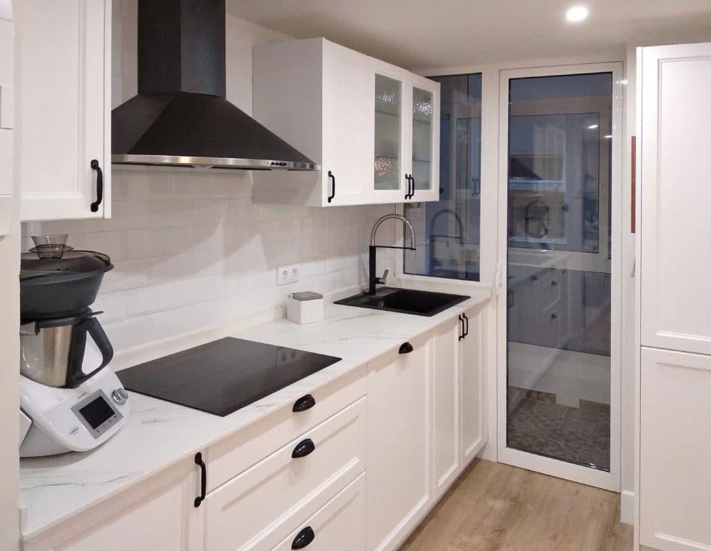 Frente de muebles bajos y altos de cocina. Placa vitrocerámica bajo campana a pared.