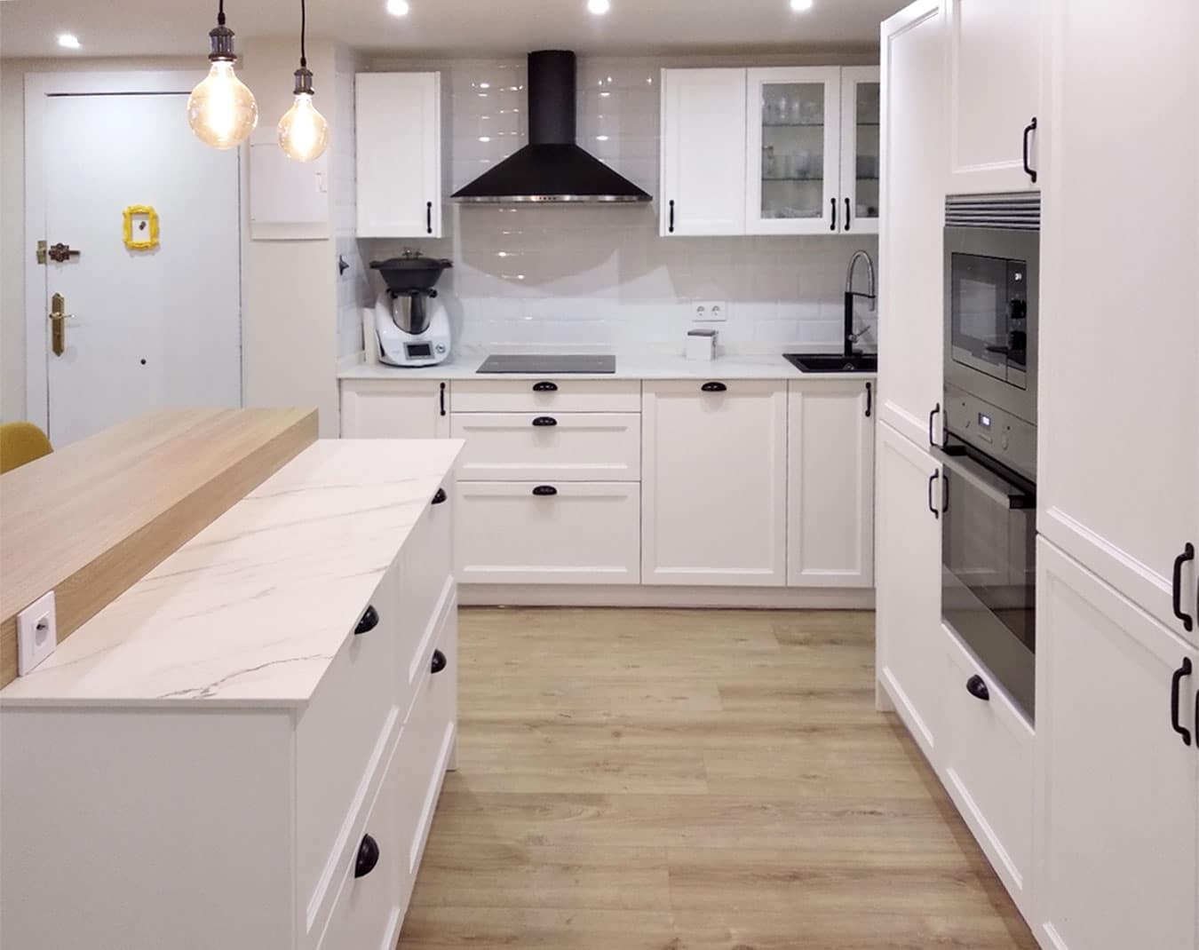 Espacio en la cocina entre isla y frente de muebles columna.