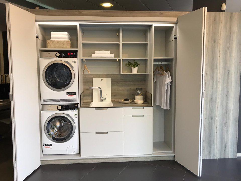 Zona de lavanderia de cocina con muebles y apertura escamoteable
