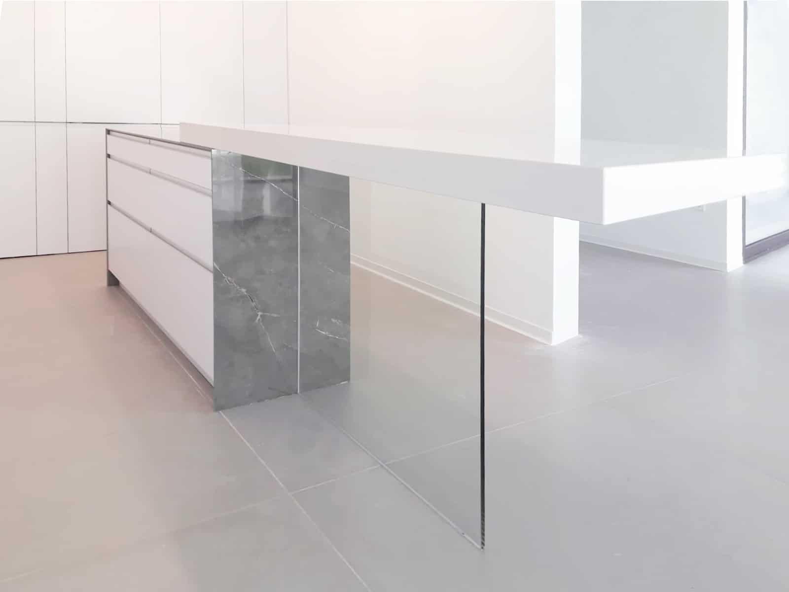 Vista de detalle de barra de encimera en isla de cocina con apoyo de cristal