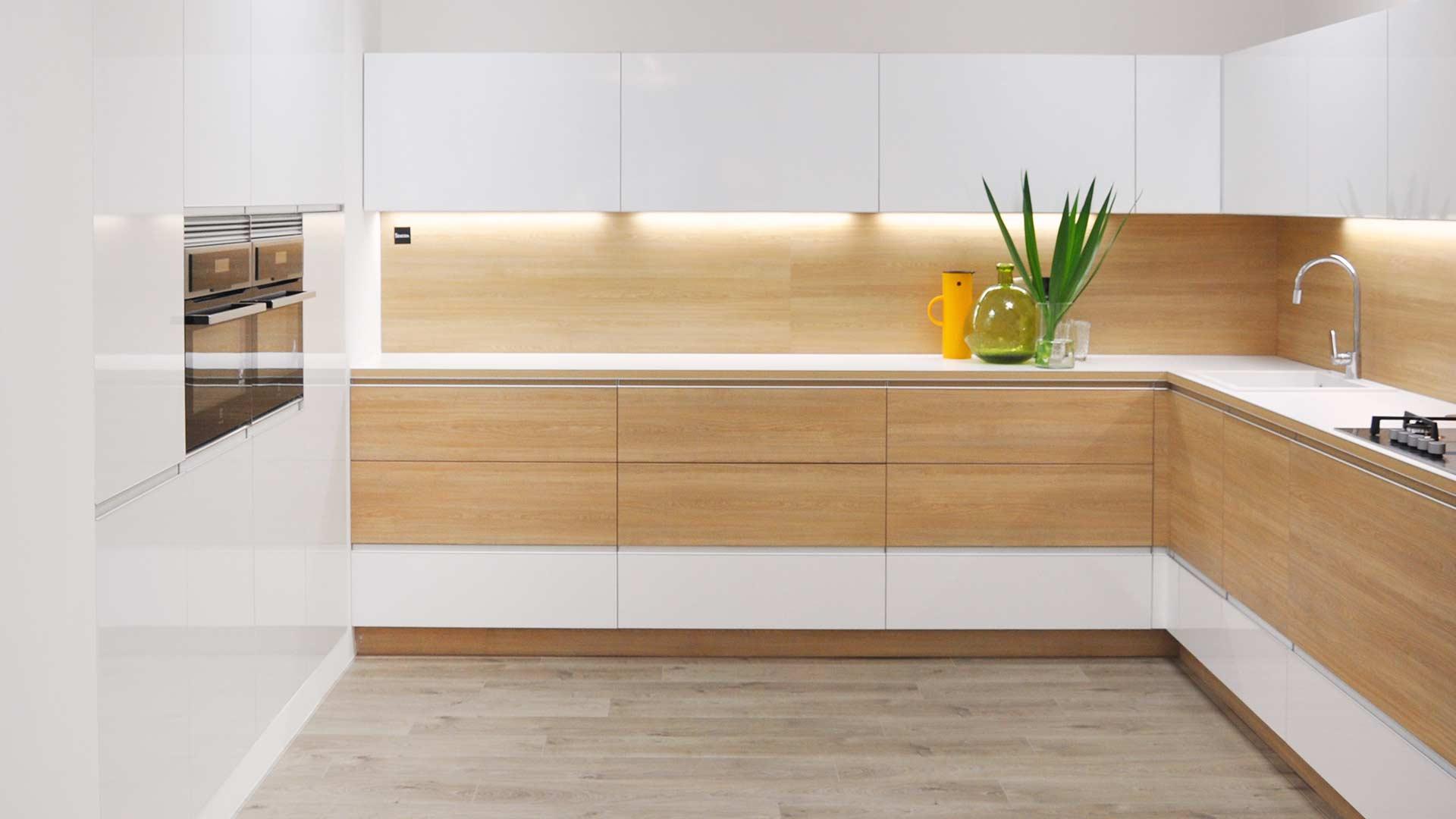 Cocina en C en color blanco y madera
