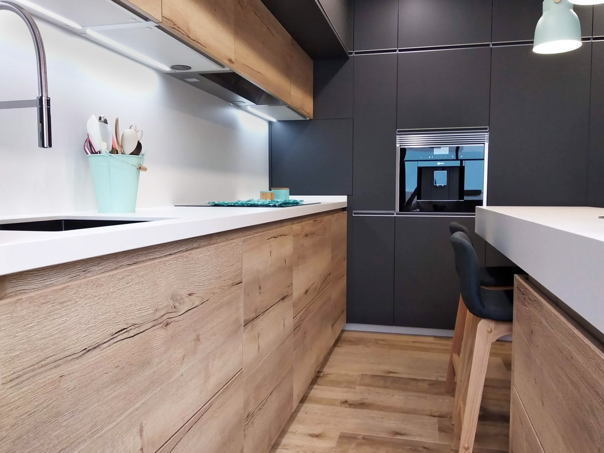detalle de encimera de cocina con muebles acabado efecto madera