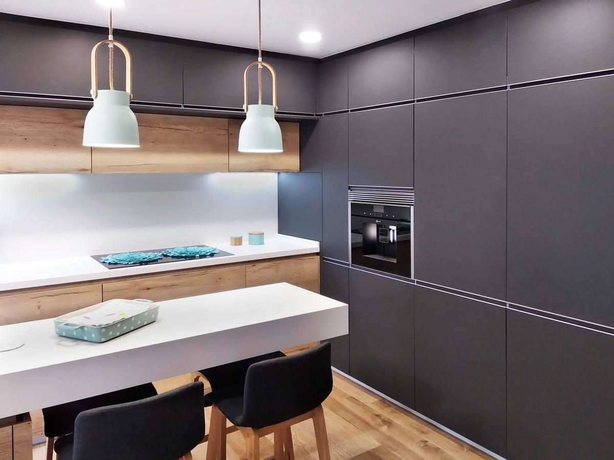 cocina moderna con isla y armarios