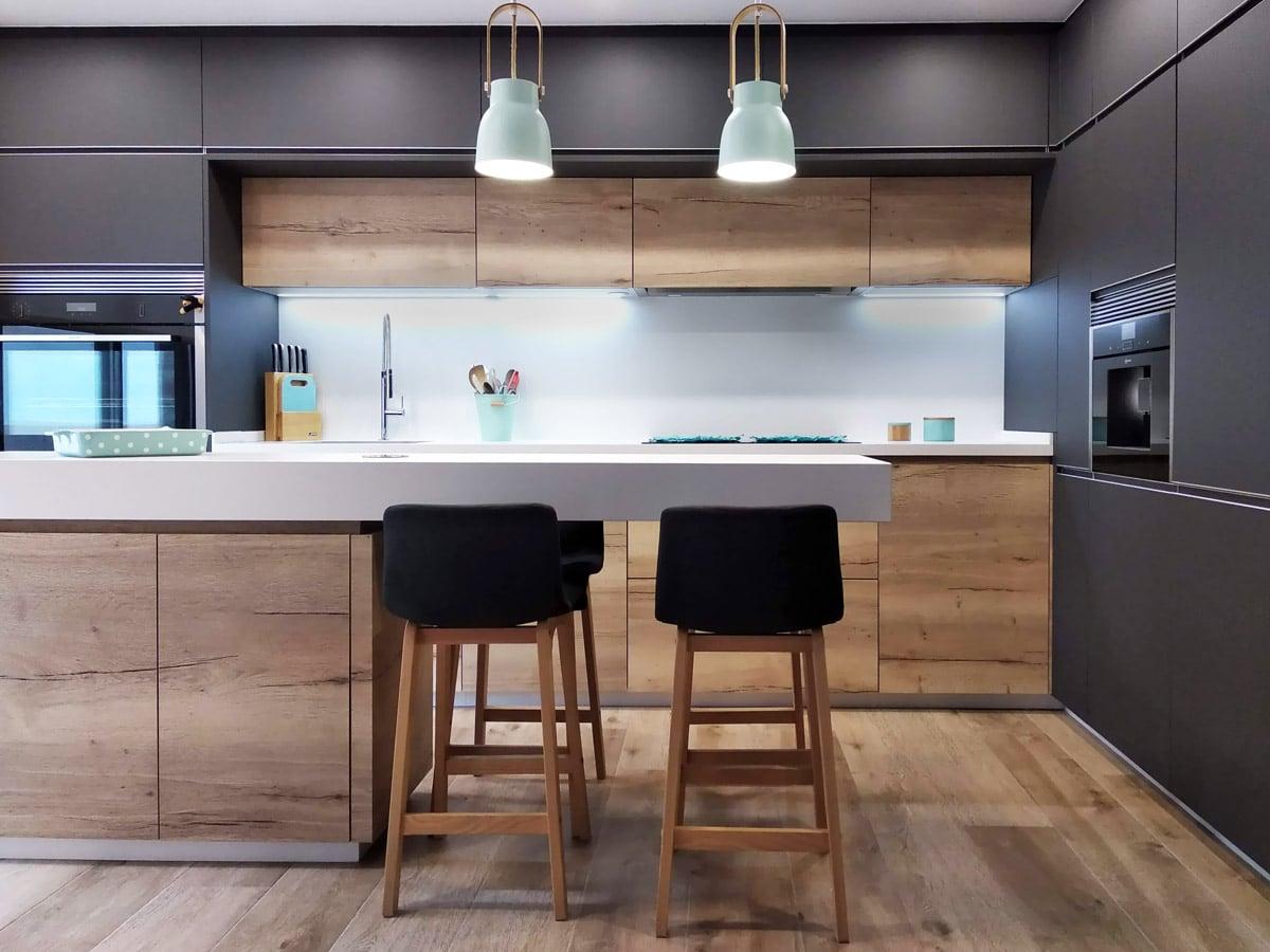 diseño de cocina moderna con muebles acabado madera
