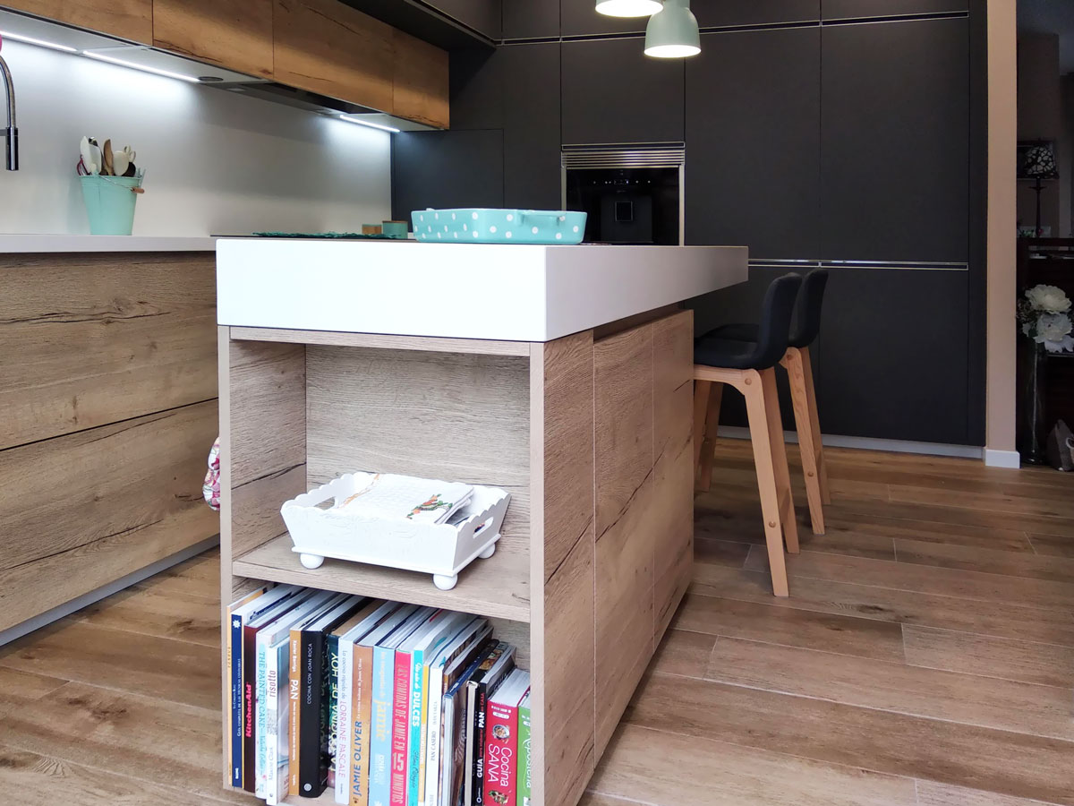 detalle de encimera de cocina y muebles acabado madera