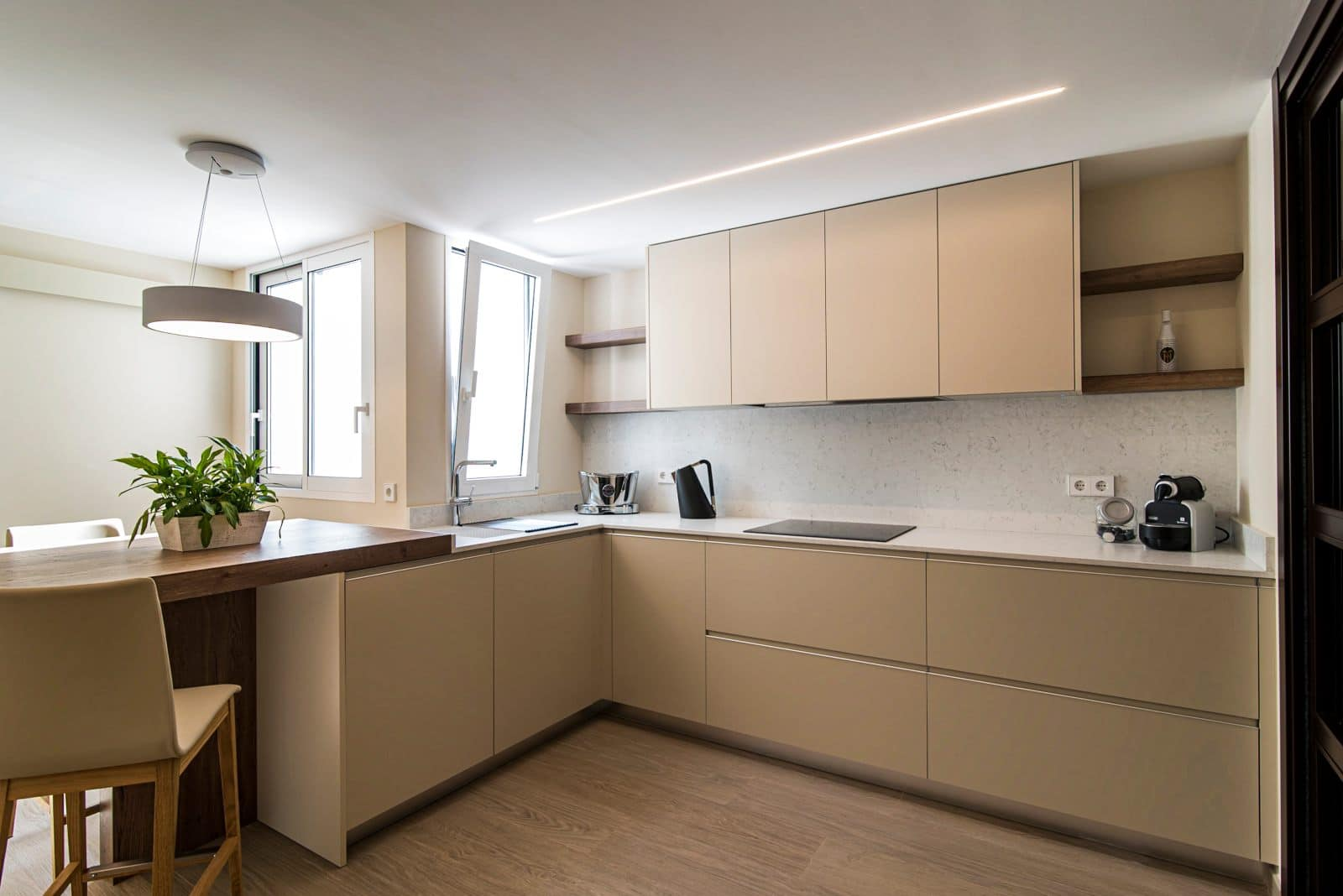 diseño de cocina con península y muebles de cocina