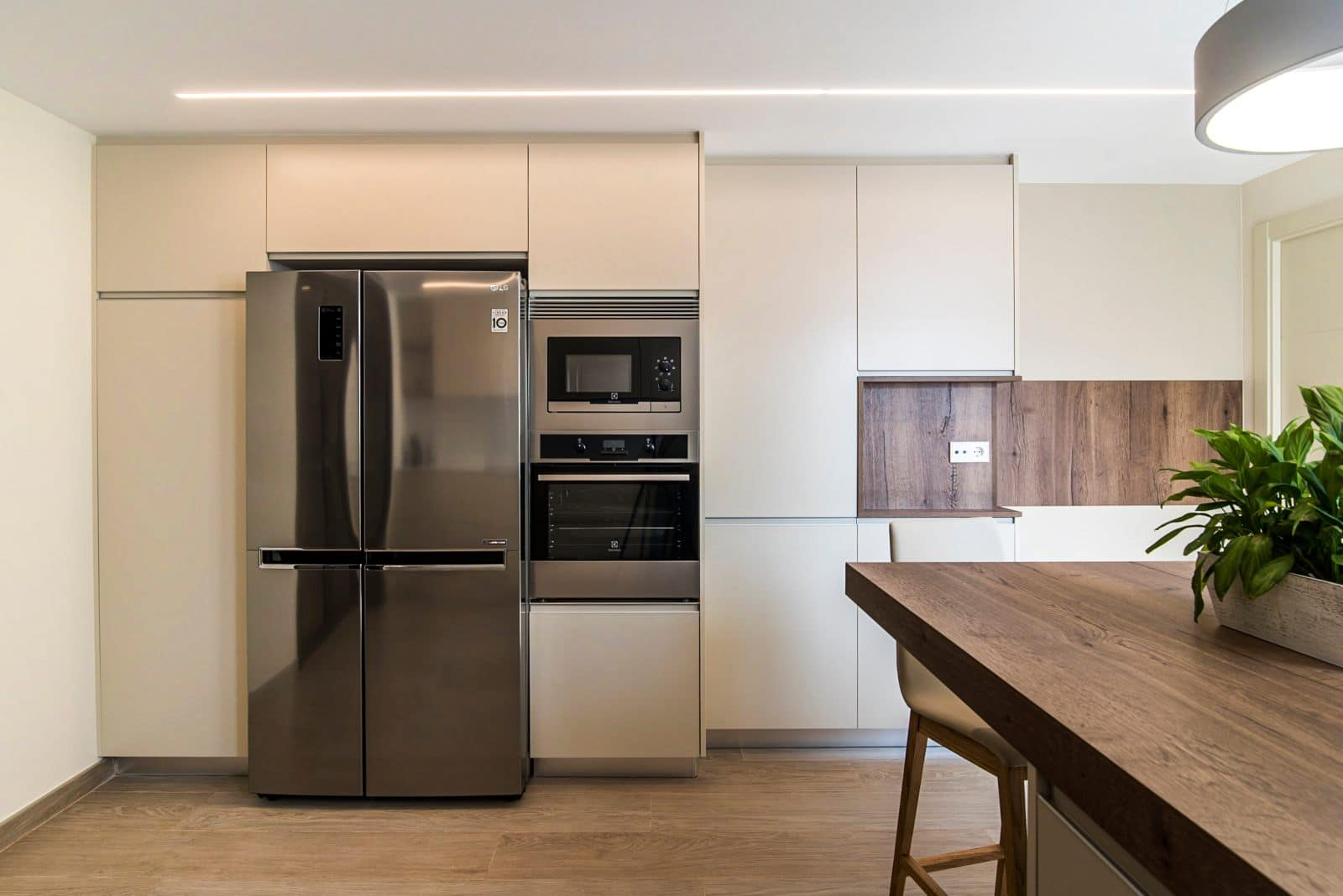 cocina con península y muebles de cocina modernos