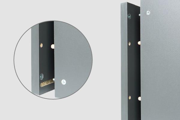 Detalle del armado de mueble de cocina, con herrajes metálicos especiales y espigos
