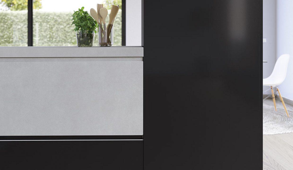Detalle de cocina blanca y negra con encimera gruesa