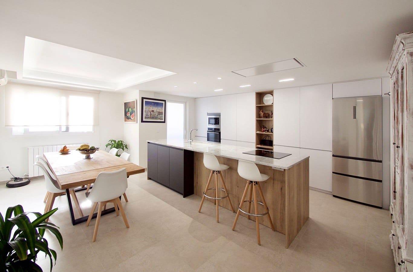 cocina blanca de estilo moderno con distribucion en isla
