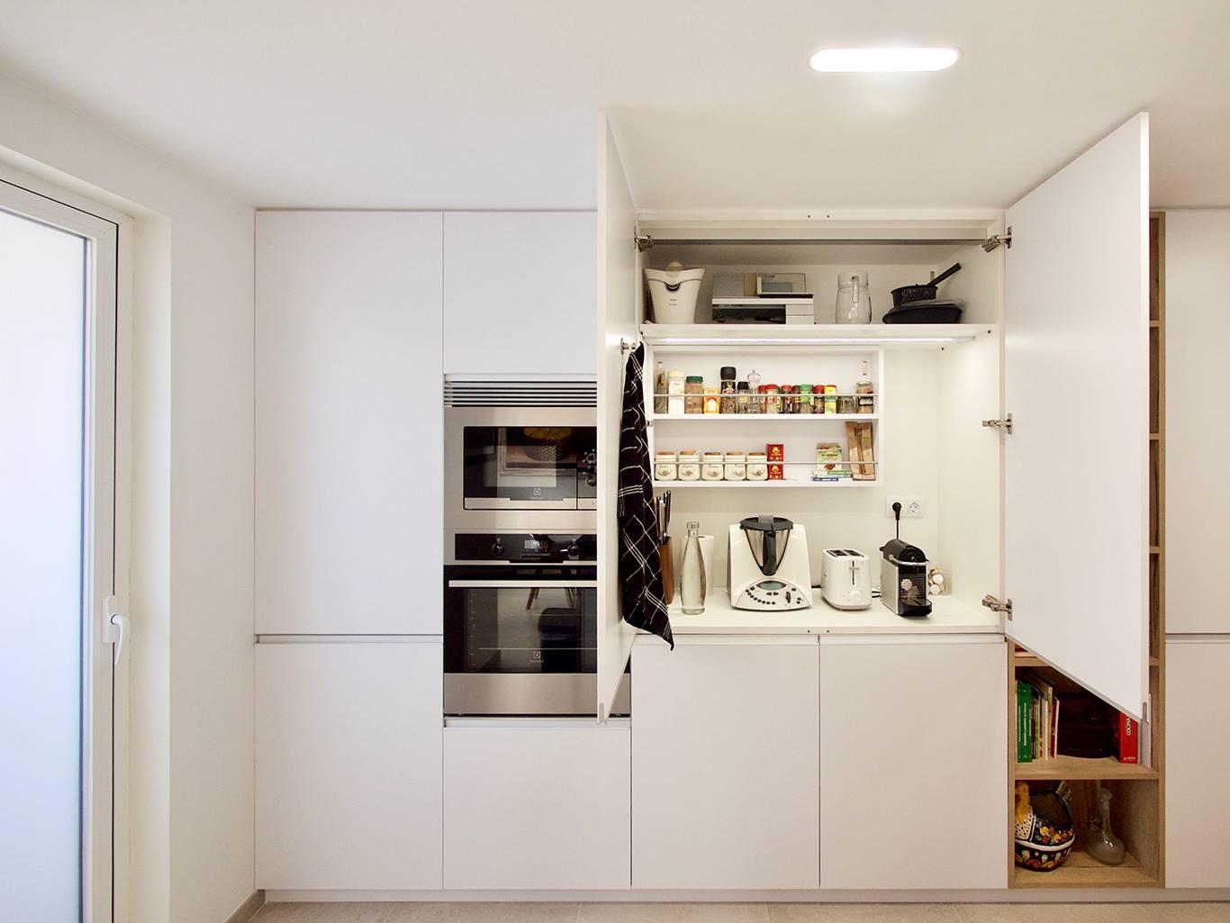 Columna despensa abierto con electrodomésticos y alimentos