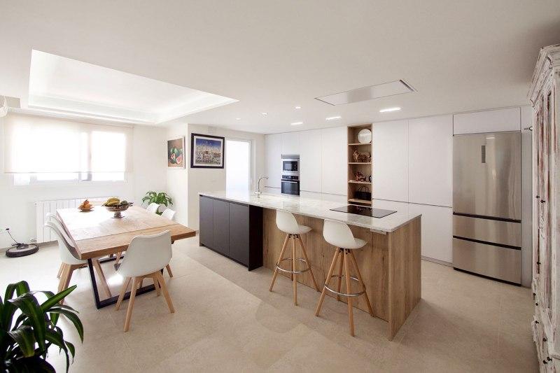 Cocina con mucho espacio de almacenamiento, en color blanco, madera y antracita
