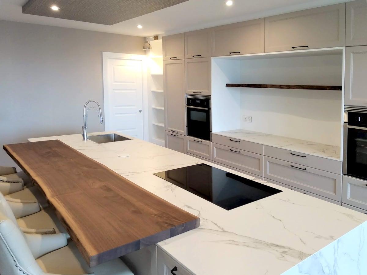 Detalle de isla de cocina con barra en madera natural